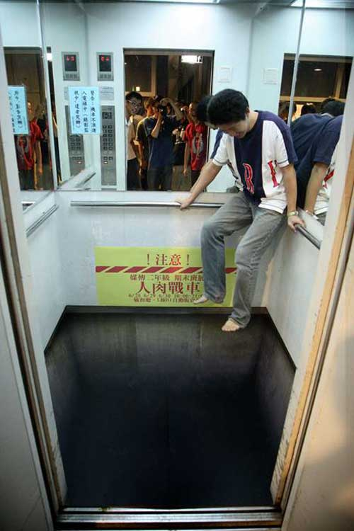 Elevator floor or long drop optical illusions pictures for Floor 3d painting